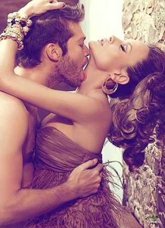 Обнаженный мужчина страстно обнимает обнаженную женщину на фотографии
